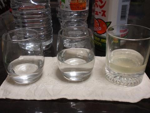 左から、普通のいろはす、いろはすみかん、ジュース20滴。