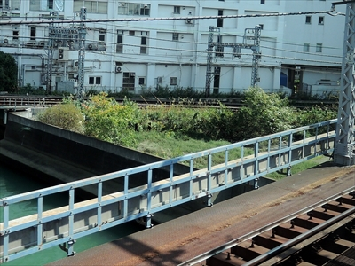 写真奥が京急線の線路
