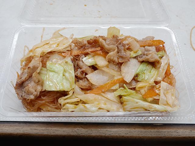 チリビーフン300円。おばあちゃんが台湾にいた時に食べた味を再現したものだそうだ