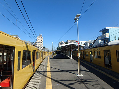 豊島園駅に到着。空は青く、電車は黄色い。