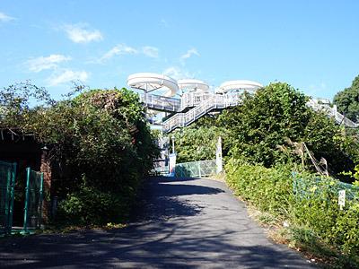正門の左側通路から入って、ハイドロポリスを目指して進む。