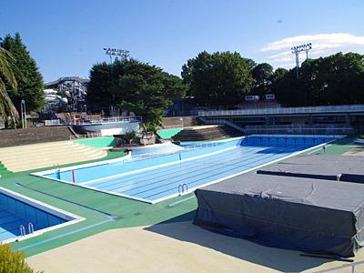 流れるプールの中央にある競泳プールは、水が抜かれていた。