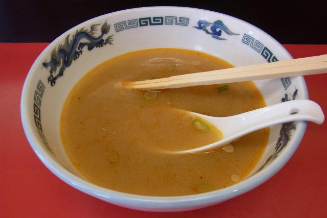 スープは、名古屋では有名な「好来系」といわれる薬膳スープ。コクのある味……