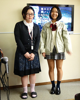 左)事務の人、右)女子高専生