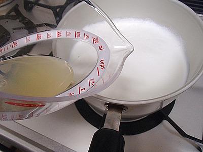 お酢でも作れますが、香りがキツイのでレモン汁がオススメ。