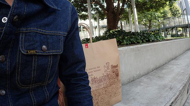紙袋はすられないように常に目を離さなかった。