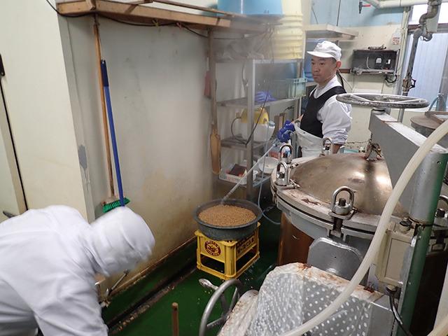蒸した大豆に秘伝の納豆菌を噴霧。