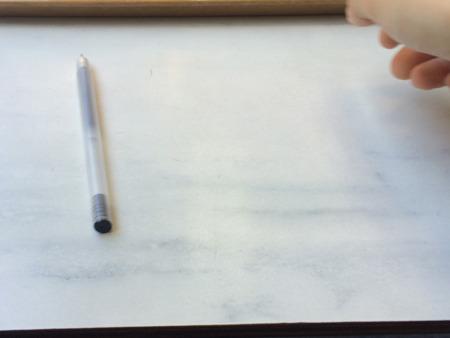 あ、右端に置いていたボールペン…………動いた?