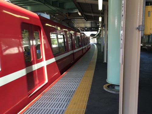 そういえば。最寄り駅の電車はななめに止まっていたな。