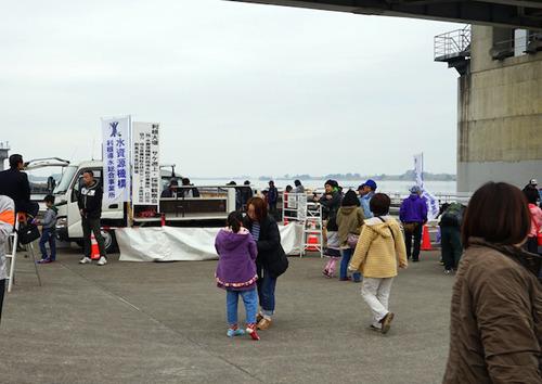トラックの荷台がステージになっている。