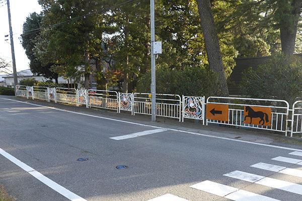 さらに、施設を取り囲む柵にも……