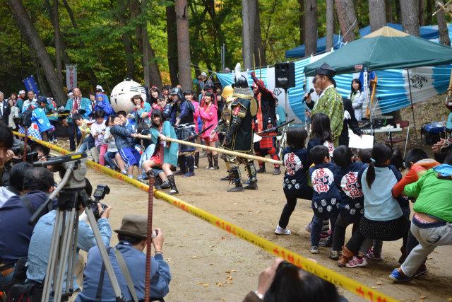 静岡県側と長野県側の子供たちの綱引き