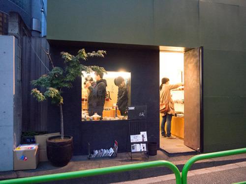 こぢんまりした店にはお客さんがたくさん来ていて人気店のようす。