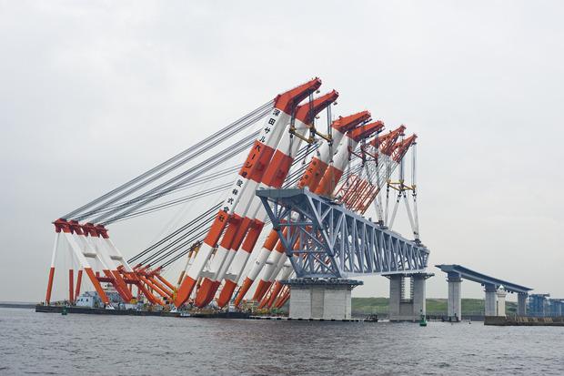 必死に船の邪魔にならないようがんばる姿は、東京湾のゲートブリッジを思い出します。