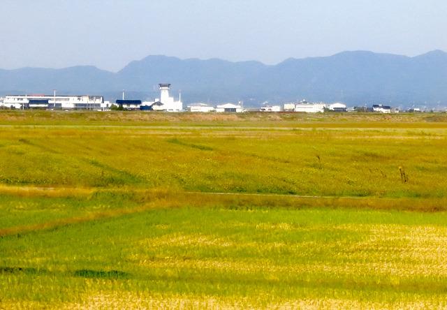 遠くに出雲空港が見える。