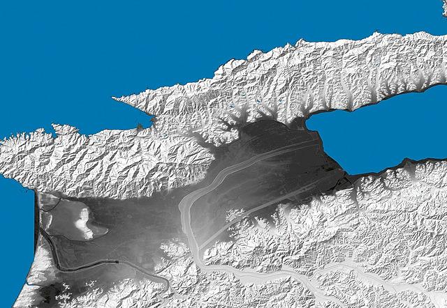 そう思って地形図で全体見ると確かにここ海だったんだろうなあ、という感じだ。宍道湖は海だったんだね。(国土地理院「基盤地図情報数値標高モデル」5mメッシュをSimpleDEMViewerで表示したものをキャプチャ・加筆加工)