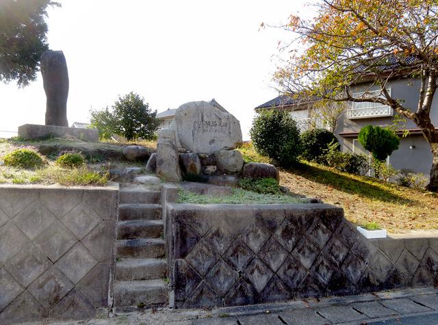 さきほどの「アメ村三角公園型」道路のそばにあった碑。