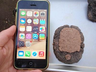 現代のスマートフォンと、古代のスマートフォンのモック。