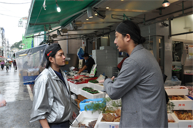 魚幸水産の次長、北井さんに安さの秘訣を伺う