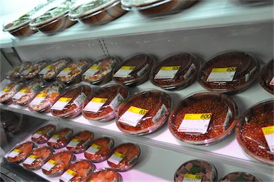 新鮮な魚介類をふんだんにのせた海鮮丼がすべて600円だが