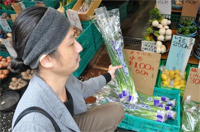 「五十貝(いそがい)商店」、小ネギが5束で100円