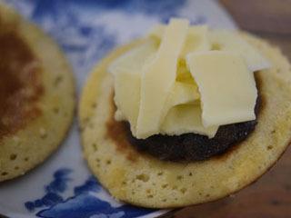 粒あんの上にチーズをてんこ盛りに乗せ、