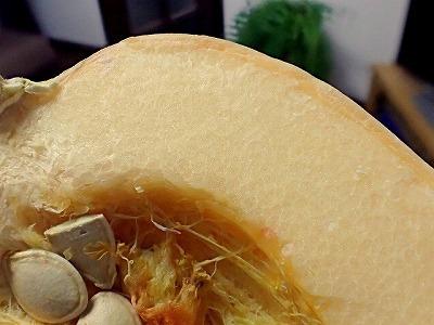 写真だと分かりにくいが、そうめんかぼちゃの中身は繊維状の果肉がみっちり集まって構成されているようだ。