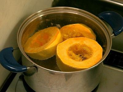 火が通ると、いくらか果肉の黄色が鮮やかになってくる。