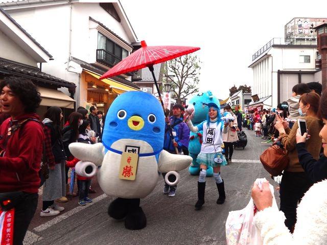 うなりさんが、パレードの先頭を歩いて来る。