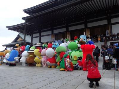 みんな、新勝寺に参拝中。