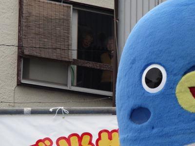 ステージ裏の民家のおっちゃんらが、不思議そうに見ていた。