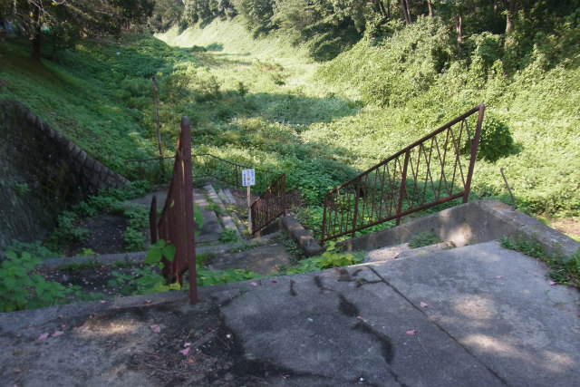 立入禁止なので階段を降りることはできない