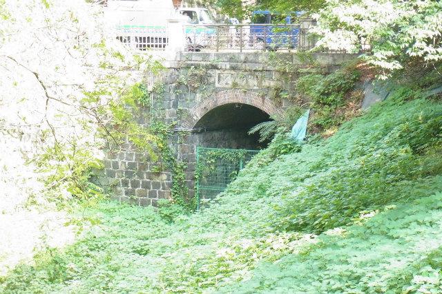 本町橋の下はよく見ると鉄道のトンネルっぽい