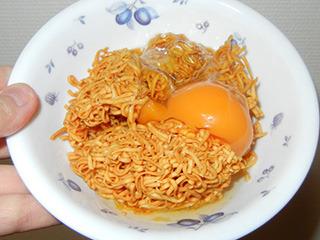 これは無理! って人も卵かけご飯の上に砕いたチキンラーメンを少量振りかけるところから始めればいいと思う