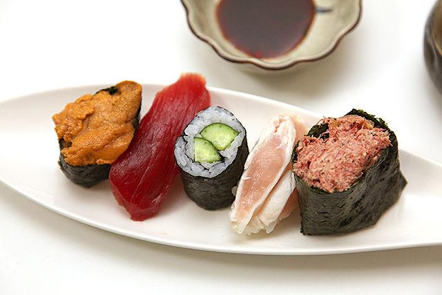 もう1回寿司の写真で落ち着いて欲しい。海苔巻きと軍艦巻に挟まれたまぐろとササミ。うむ、海苔で巻きたい。