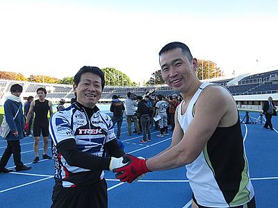世界第6位の麻野さん(石川県在住45歳)と固い握手。結婚10周年の記念として出場されたそうです。四足走行界では錦織圭級の世界順位の二人です。ナイスファイト!