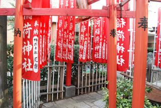 境内にある平河稲荷神社の鳥居をくぐったその先にそれはある