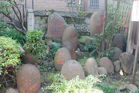 神田のとある神社に安置されていた力石群