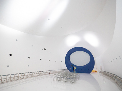 隕石型の部屋の中身はこれだ。ものすごく広い。パイプ椅子がぐるりととりかこむ。