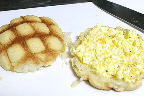 サンドイッチ買うときは絶対にはずさない卵サンド、をメロンパンで。