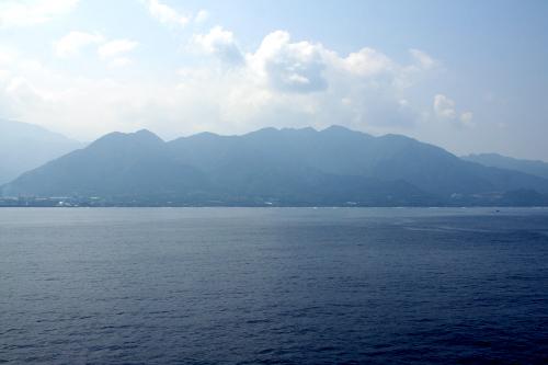 沿岸部から山がどーんとそびえる屋久島