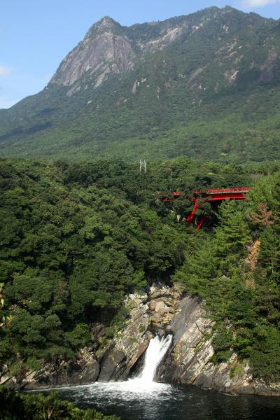 モッチョムの麓にある「トローキの滝」は、海に直接落ちる珍しい滝だ