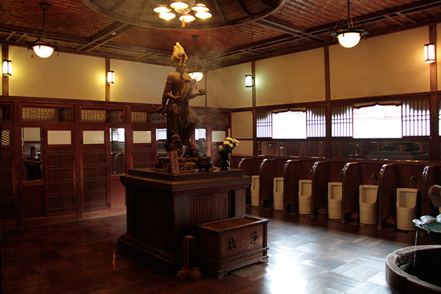 神々しくも、便器と神様の像が一緒に並んで不思議な空間。床はピカピカできれい。お香がたかれており、高貴ないい香りがする。うちの芳香剤の香りとはまったく違うのだ