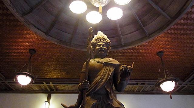 トイレの神様は怒っていた。仏の教えを素直に信じない人を慈悲の怒りで目覚めさせようとしているらしい。よく見ると手にドクロを乗せている。高村晴雲という人の作品。