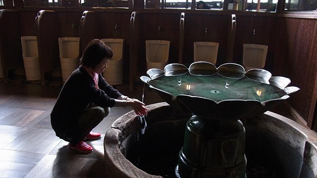 最後は蓮華の水で手を清める。座禅はサボったが心身を浄化することができて満足