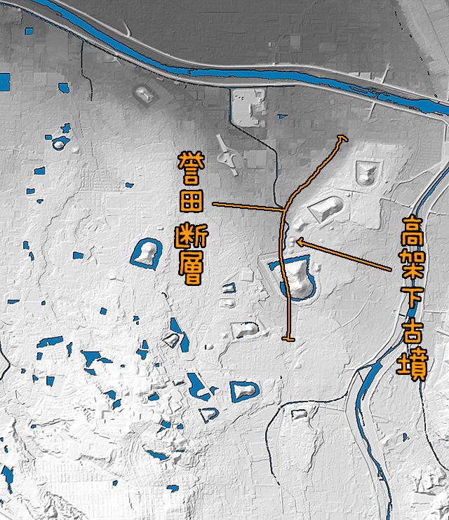 当該場所の拡大。古墳が列となっているところにうっすらと崖が見える。(同様に国土地理院「基盤地図情報数値標高モデル」5mメッシュをSimpleDEMViewerで表示したものをキャプチャ・加筆加工)