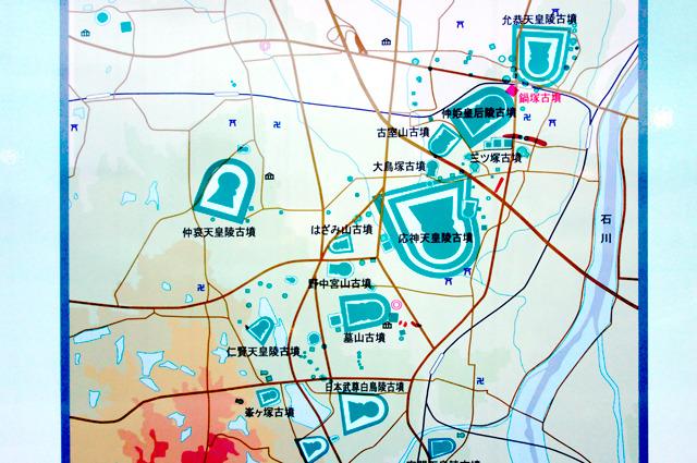 この古墳の説明看板にあった周辺の古墳分布マップ。こうして見ると、道路や鉄道などのインフラがどうにかこうにか苦労して古墳の間をすり抜けて通されているのがわかる。ほんと面白いな、藤井寺市。