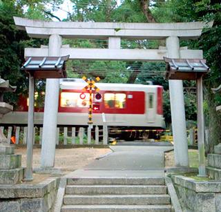 実はこれら古墳の近くには有名な参道を鉄道が横切る神社もある。これについてはまた別途。