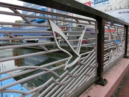 欄干(らんかん)のモチーフはカモメとヨット。奥が幸橋