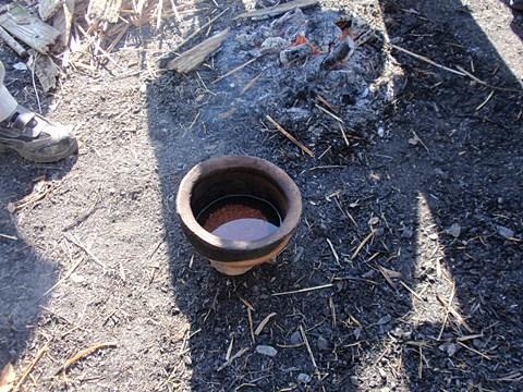 お米と水の入った土器を